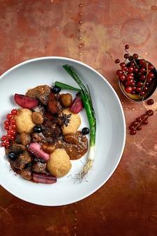 Pyszne danie hummus z jagodami, warzywami i sosem w tle restauracji. danie hummus dla restauracji.