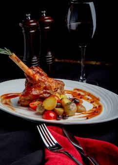 Pyszne danie restauracja, stojak jagnięcina w tle restauracji. zdrowe ekskluzywne jedzenie na duży biały talerz zbliżenie