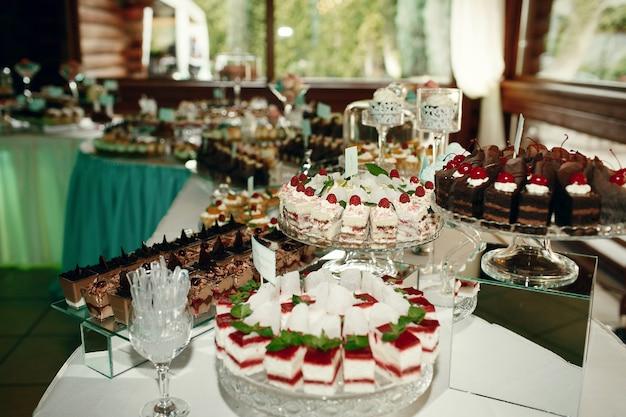 Pyszne desery stoją na eleganckim sklepie z cukierkami