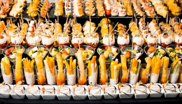 Pyszne desery w pobliżu przekąsek w stołówce