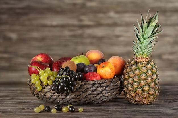 Pyszne dojrzałe owoce na stole
