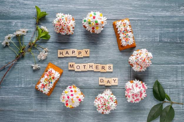 Pyszne domowe babeczki z różnymi posypkami i napisem happy mothers day