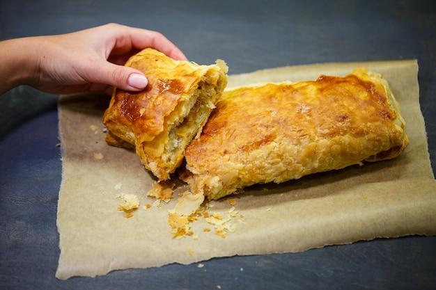 Pyszne domowe ciasta z nadzieniem jabłkowym. ciasto francuskie.