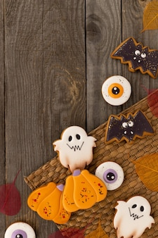 Pyszne domowe ciasteczka halloween o różnych kształtach na starym drewnianym stole