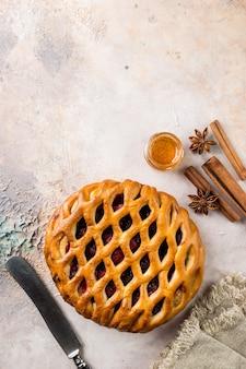 Pyszne domowe ciasto jagodowe crostata na stole