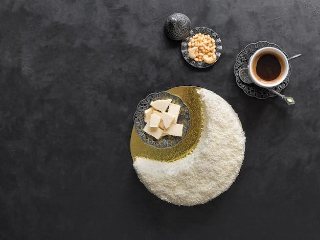 Pyszne domowe ciasto w kształcie półksiężyca, podawane z daktylami i filiżanką kawy