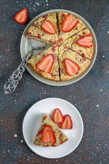 Pyszne domowe ciasto z kruszonką truskawkową ze świeżymi plasterkami truskawek