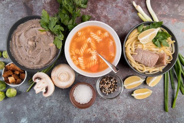 Pyszne domowe gorące zupy i składniki