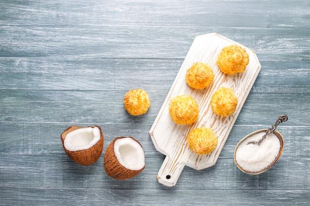 Pyszne domowe makaroniki kokosowe ze świeżym kokosem, widok z góry