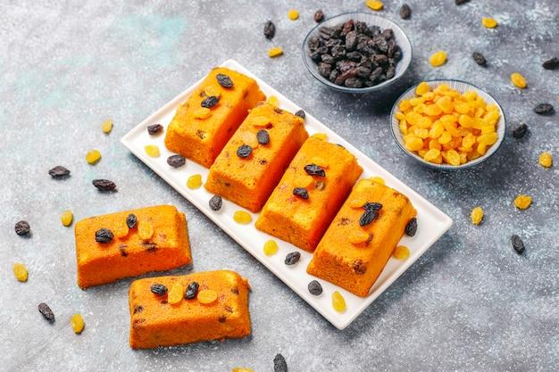 Pyszne domowe małe ciasta owocowe, rodzynkowe