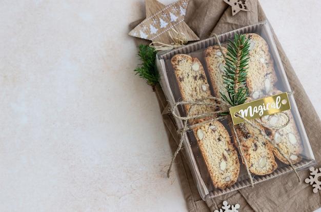 Pyszne domowe włoskie biscotti w ozdobnym pudełku.