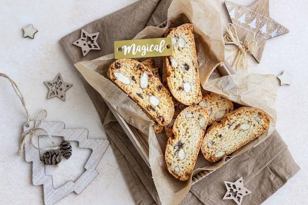 Pyszne domowe włoskie ciasteczka biscotti w ozdobnym pudełku.