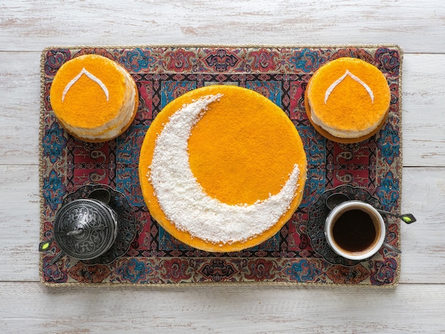 Pyszne domowe złote ciasto z półksiężycem, podawane z czarną kawą. ściana ramadan