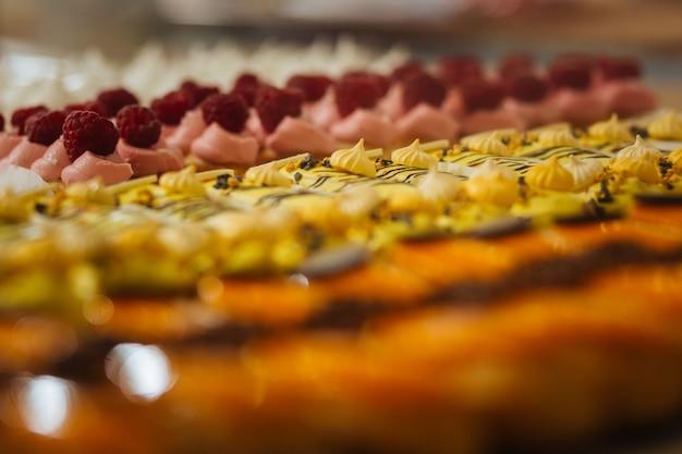 Pyszne eklery. pyszne owocowe eklery umieszczone na wystawie w popularnej kawiarni