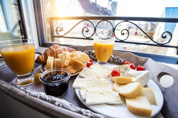 Pyszne francuskie śniadanie z widokiem na zamek