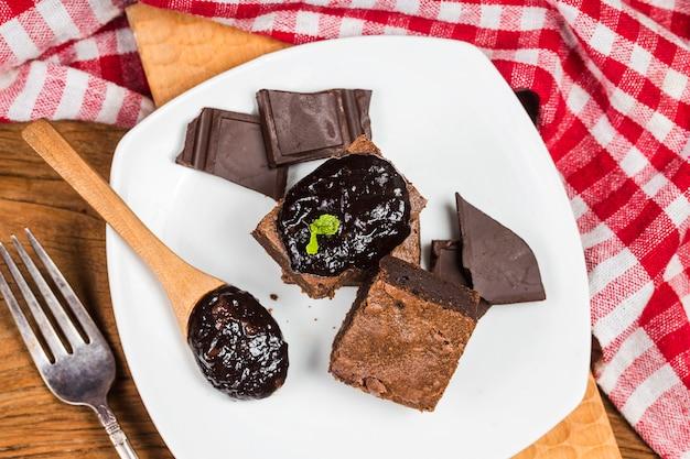 Pyszne, gorzkie słodycze i krówki. brownie to jeden rodzaj czekoladowego ciasta.
