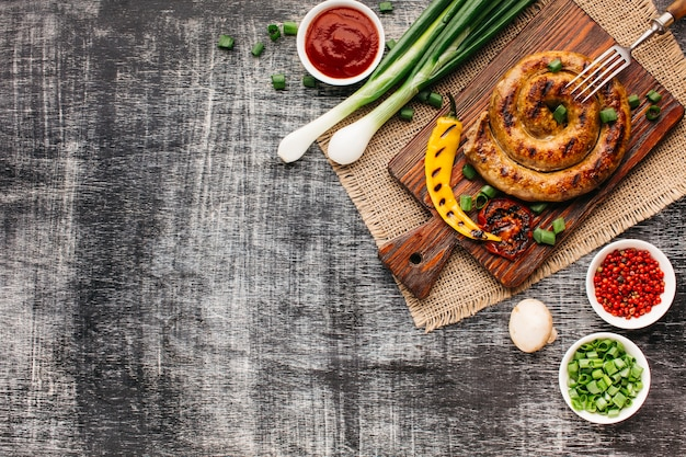 Pyszne grill fast food na szarym drewnianym stole