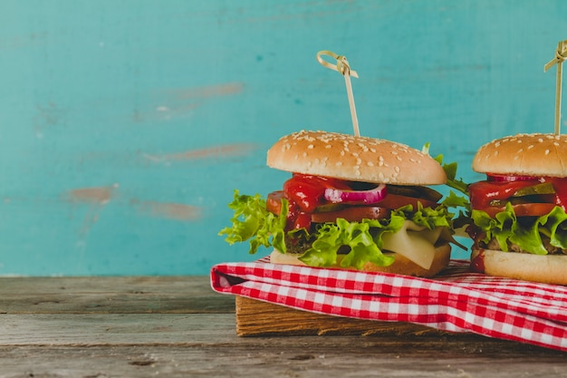 Pyszne hamburgery z serem, sałatą i pomidorami