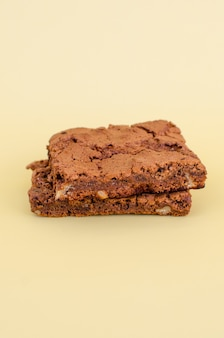 Pyszne i apetyczne ciasteczka czekoladowe na brązowym tle