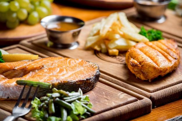 Pyszne i piękne jedzenie na drewnianej desce