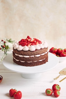 Pyszne i słodkie ciasto z truskawkami i basier na talerzu
