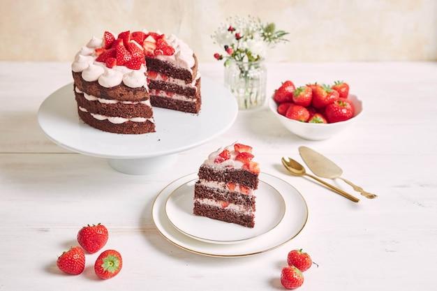 Pyszne i słodkie ciasto z truskawkami i podpałką na talerzu