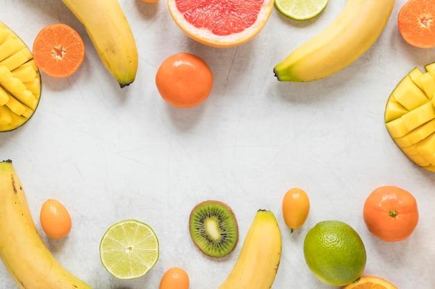 Pyszne i świeże owoce na stole