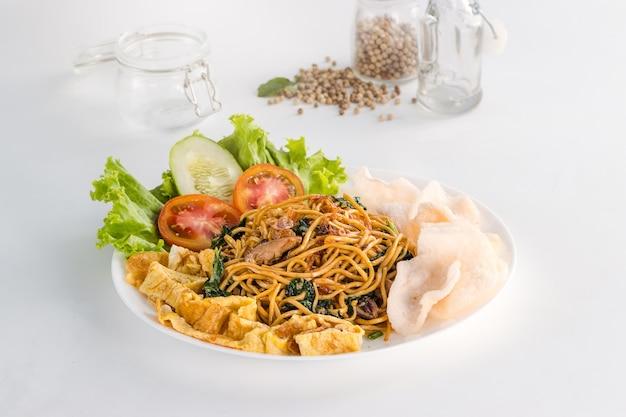 Pyszne i zdrowe indonezyjskie jedzenie mie goreng cakalang