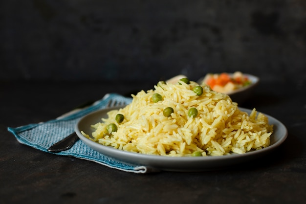 Pyszne indyjskie danie z ryżem i zielonym groszkiem