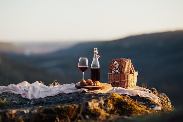 Pyszne jedzenie i picie na świeżym powietrzu na pikniku w słoneczny dzień