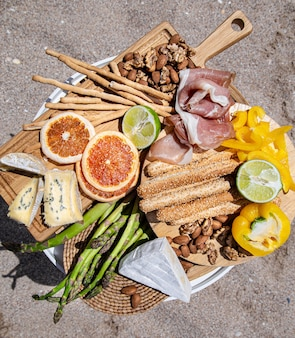 Pyszne jedzenie na piknik. różnorodne przekąski do rekreacji na świeżym powietrzu.