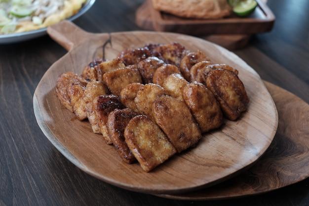 Pyszne jedzenie pieczone na drewnianym talerzu
