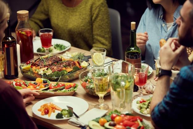 Pyszne jedzenie przy stole