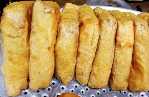 Pyszne jedzenie uliczne, mix warzyw pakoras, chleb pakoda. indie.