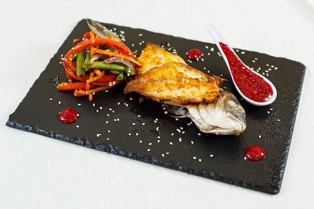 Pyszne jedzenie w restauracji na talerzu?