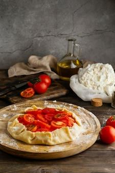 Pyszne jedzenie z asortymentem pomidorów
