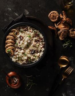 Pyszne Jedzenie Z Ziołami I Sałatkami Premium Zdjęcia