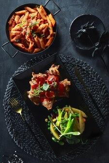Pyszne jedzenie z ziołami i sałatkami