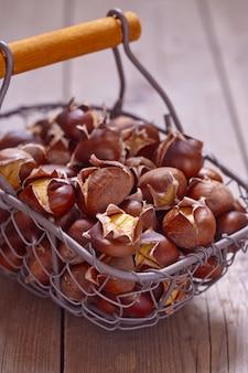 Pyszne kasztany pieczone w drucianym koszu
