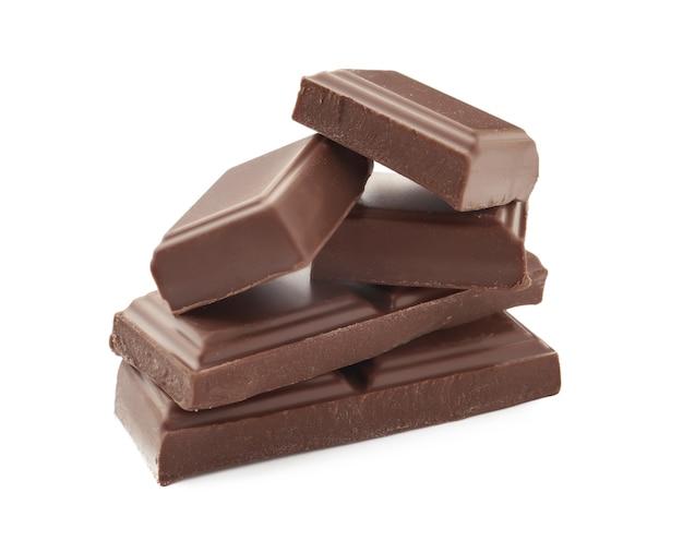 Pyszne kawałki czekolady mlecznej na białym tle