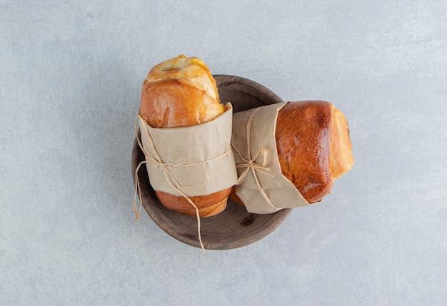 Pyszne kiełbaski z ciasta w drewnianej misce.
