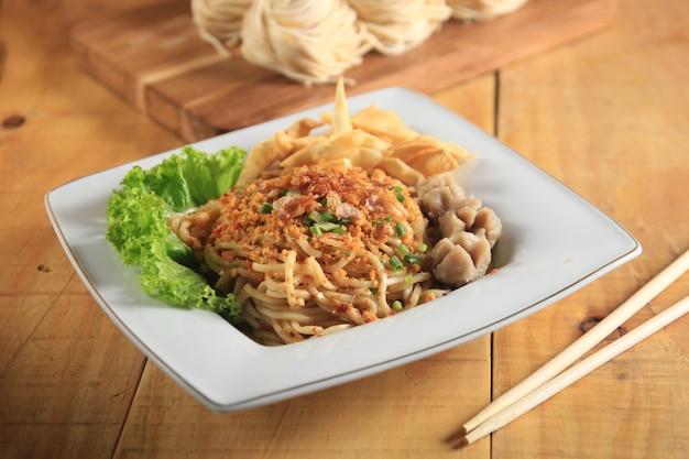 Pyszne kluski kulinarne z makaronem typowe dla indonezji