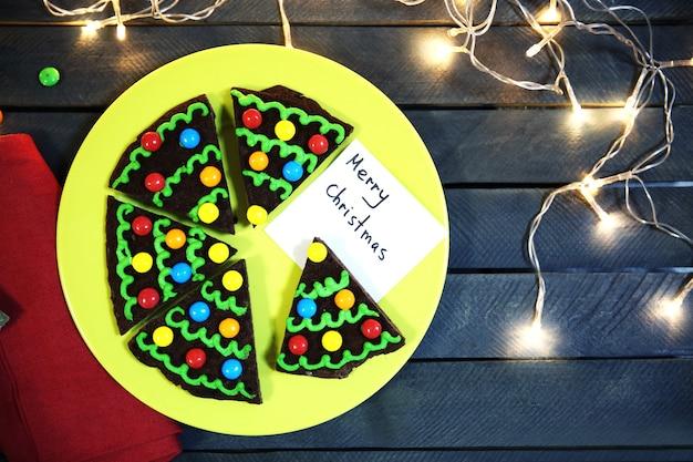 Pyszne kolorowe ciasteczka świąteczne na talerzu ze świąteczną dekoracją