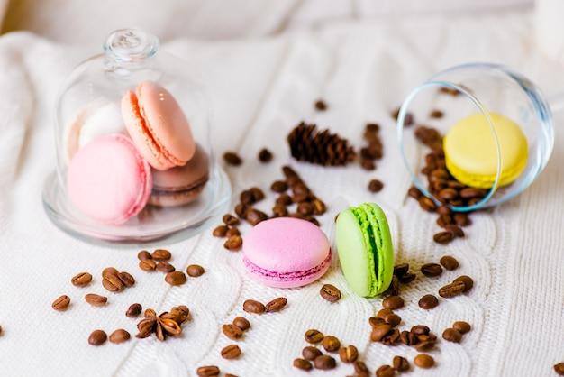 Pyszne kolorowe desery i ciasta oraz ziarna kawy.