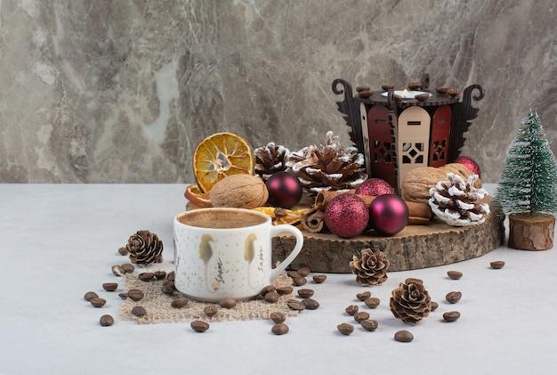 Pyszne krakersy i filiżanka kawy na drewnianym talerzu. wysokiej jakości zdjęcie