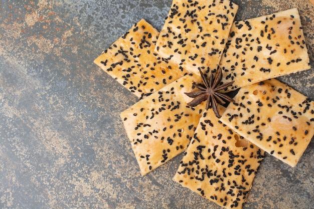 Pyszne krakersy z anyżu gwiazdkowatego na tle marmuru. wysokiej jakości zdjęcie