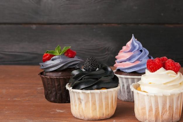 Pyszne malinowe babeczki na ciemnym tle - ręcznie robiony słodki deser