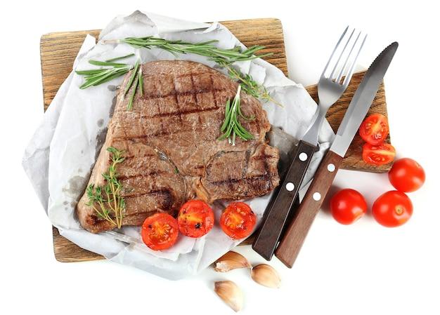 Pyszne mięso z grilla na białym tle