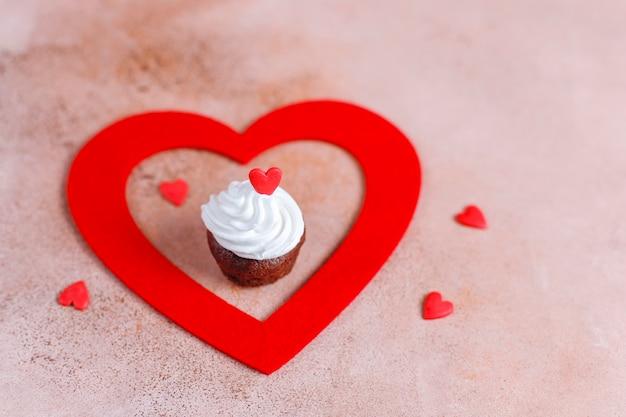 Pyszne mini babeczki czekoladowe na walentynki.