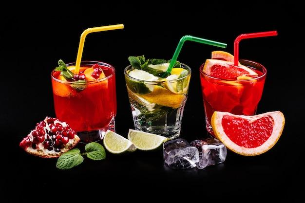 Pyszne mojito, rum i cola, krew pomarańczowa i koktajle wódkowe podawane z owocami